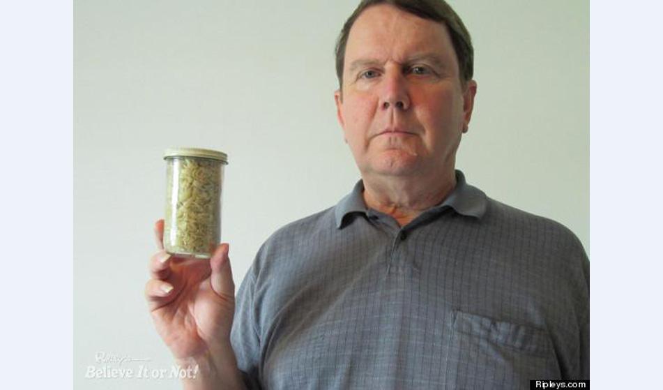 Мъжът, който се гордее с 40-годишната си колекция от нокти