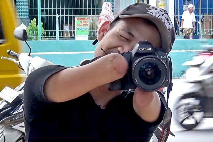 Уникалните снимки на фотографа без ръце (СНИМКИ)