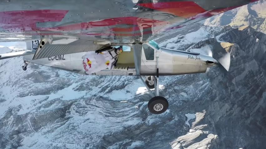 Те скочиха от планински връх и се приземиха в летящ самолет (ВИДЕО)