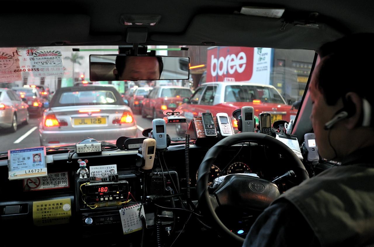 Бакшишите в Хонг Конг ползват по десетина смартфона, докато шофират