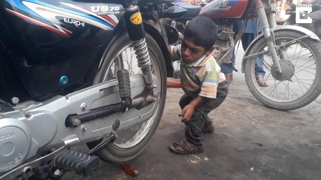 60-сантиметровият автомобилен механик от Пакистан (ВИДЕО)
