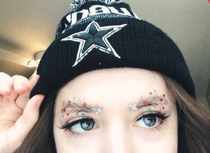 В духа на Коледа: Жени украсяват веждите си като елхи (СНИМКИ)