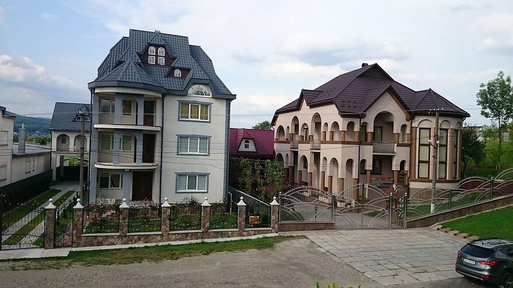 В най-богатото село няма къща на един етаж