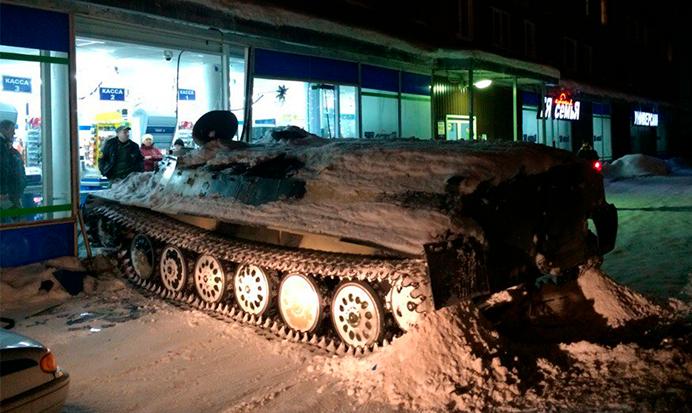 Руснак отиде с танк до магазина за още пиене