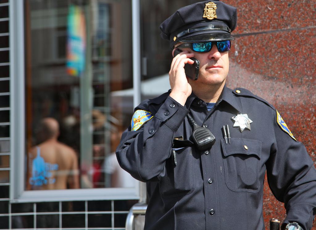 Мъж не знае как да скъса с приятелската си, помоли полицаи да го отменят