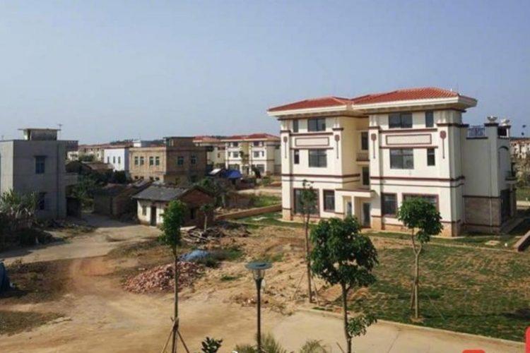 Милиардер подари 258 къщи на съселяните си, те останаха празни