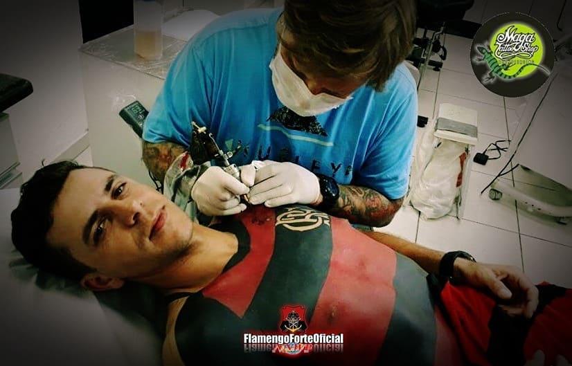 Той татуира цялото си тяло с фланелката на любимия отбор