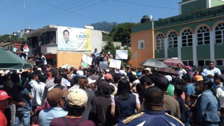 Бесни жители заключиха кмет за празни обещания и поискаха откуп