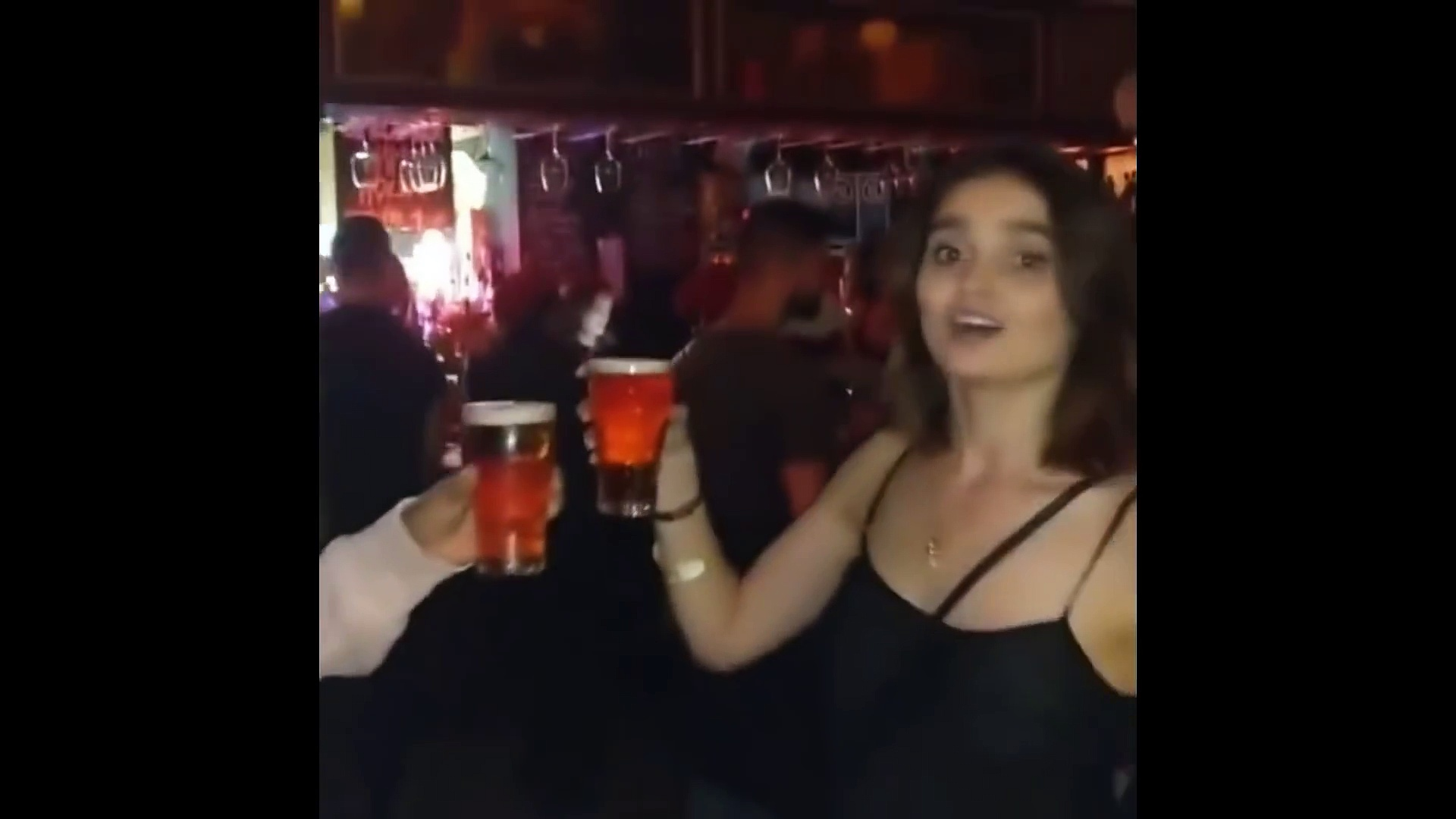 Това видео ще ти оправи настроението: Цецка надпи мъж с бира, той припадна