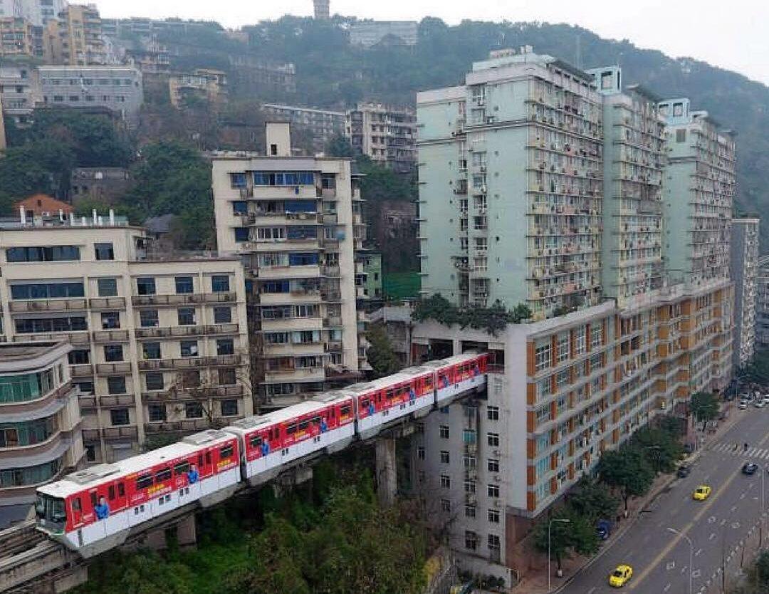 Метро минава през жилищна сграда в Китай