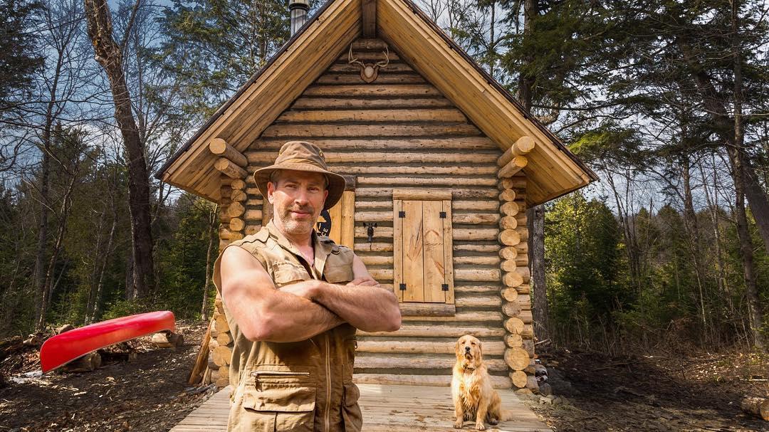 Канадец построи къща в гората без помощ и електричество (ВИДЕО)