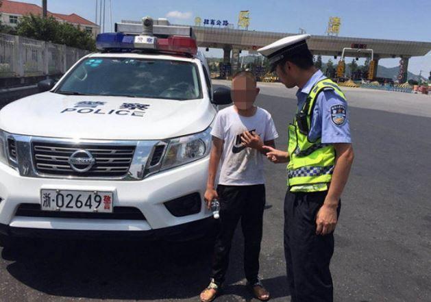 Полицията върна бавноразвиващ се на родителите му заради татуировка с телефонен номер
