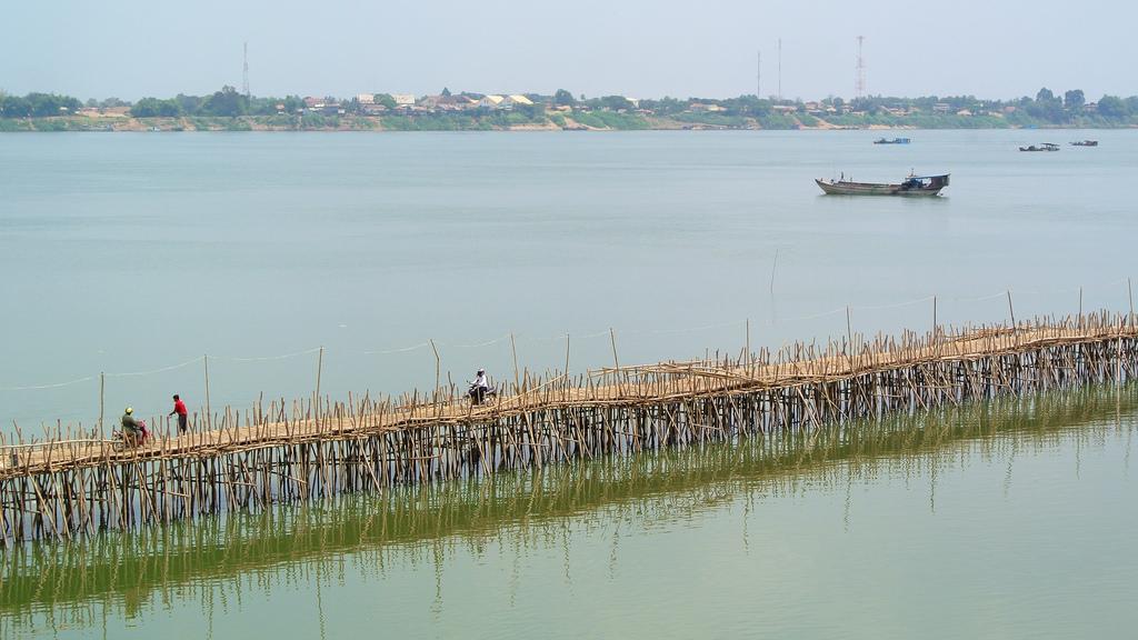 В Камбоджа правят мост от 50 000 бамбукови пръчки (СНИМКИ)