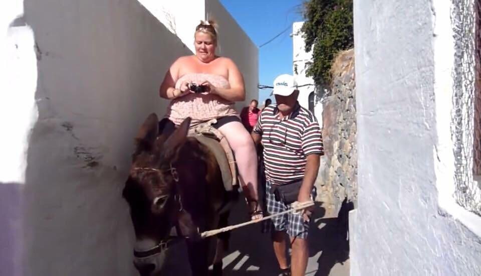 Дебели туристи изкривяват гръбнака на магарета на гръцки курорт