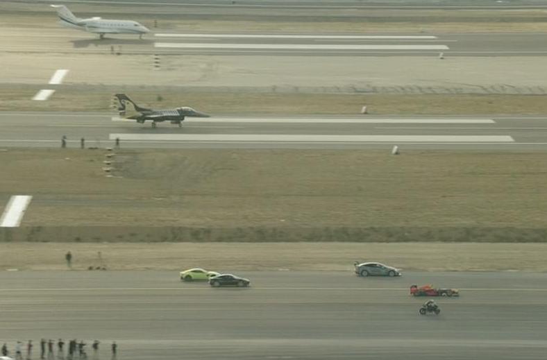 Гонка между мотор, болид от F1, частен самолет, Тесла и изтребител (ВИДЕО)