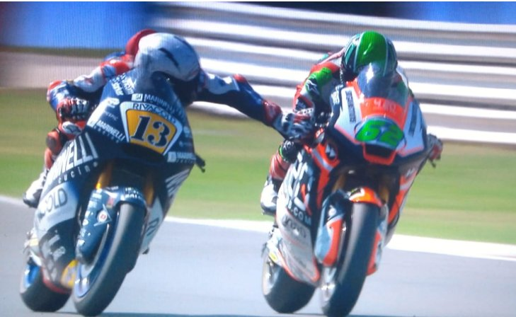 Моторист натисна спирачката на съперник по време на състезание (ВИДЕО)