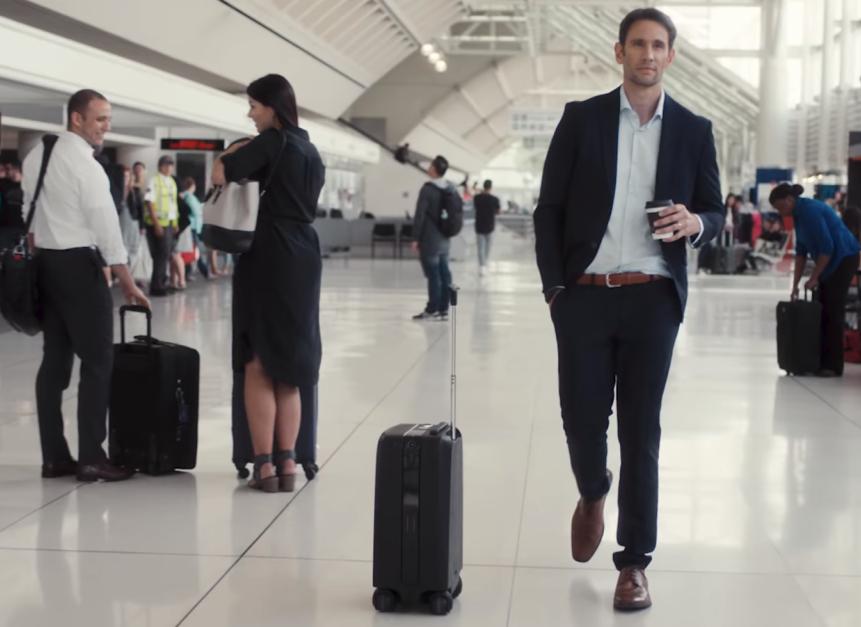 Куфарът, който ще те следва като кученце (ВИДЕО)