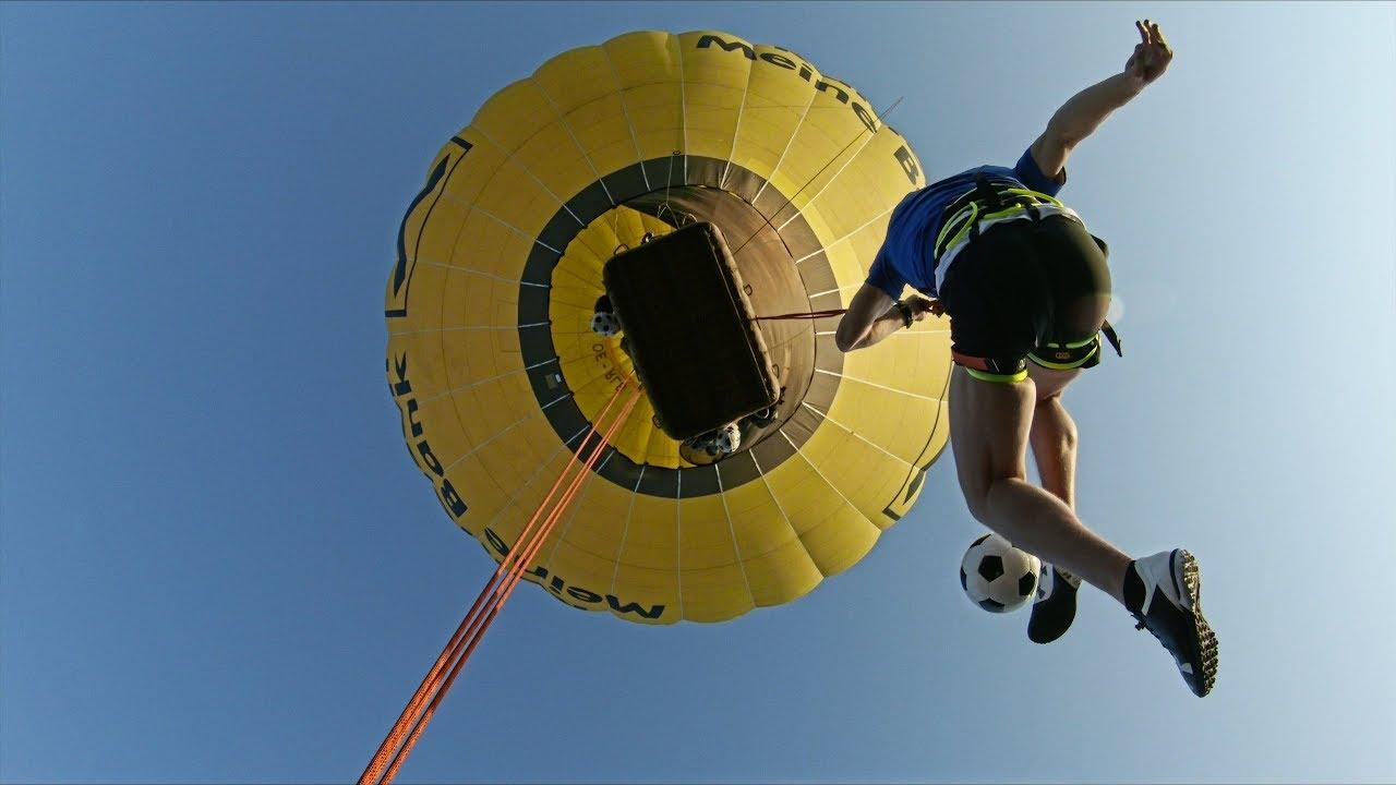 Да жонглираш с топка, докато висиш от балон (ВИДЕО)