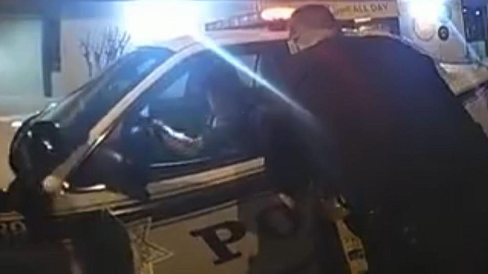 Жена открадна патрулка пред очите на полицаи (ВИДЕО)