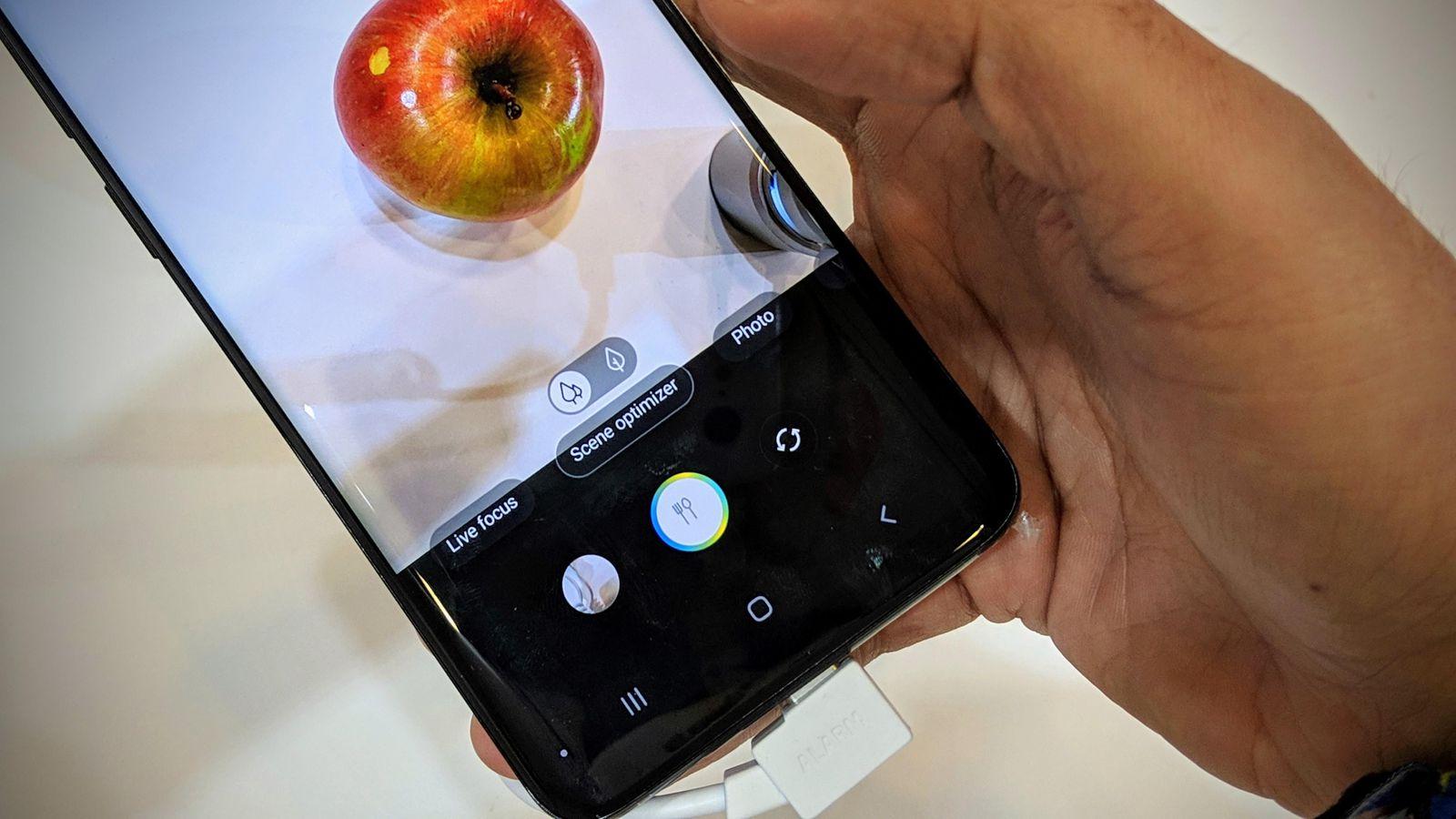 """""""Самсунг"""" побърка кифлите, пуска смартфон с 6 камери"""