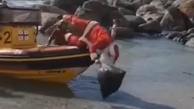 Този нескопосан Дядо Коледа ще ти оправи деня (ВИДЕО)