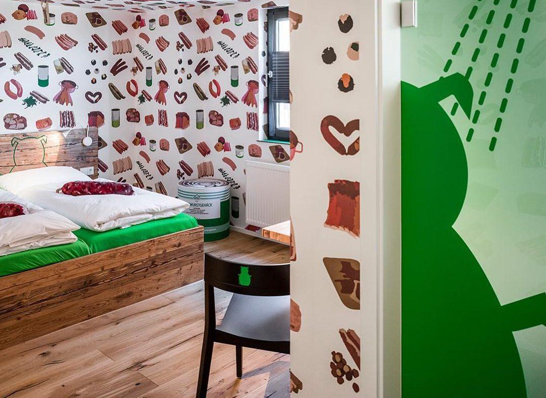 Месар отвори хотел, в който наденичките са на почит (СНИМКИ)