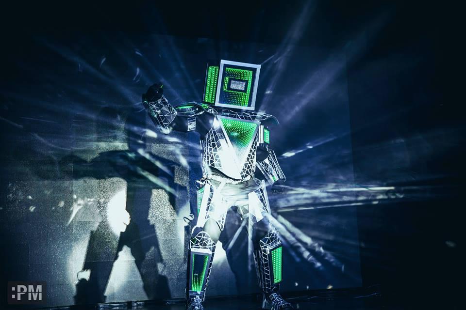 Роботи представиха книга у нас със зрелищен спектакъл (ВИДЕО)