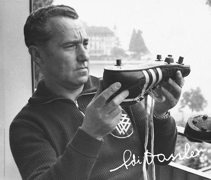 Adidas купува правата за трите ленти за 1600 евро и 2 бутилки уиски
