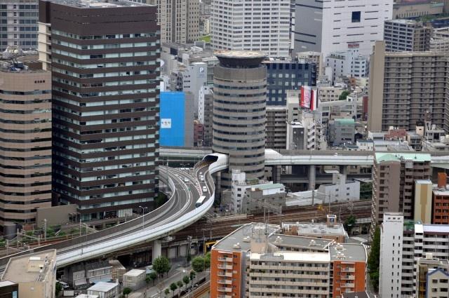 Магистрала минава направо през сграда в Япония (СНИМКИ)