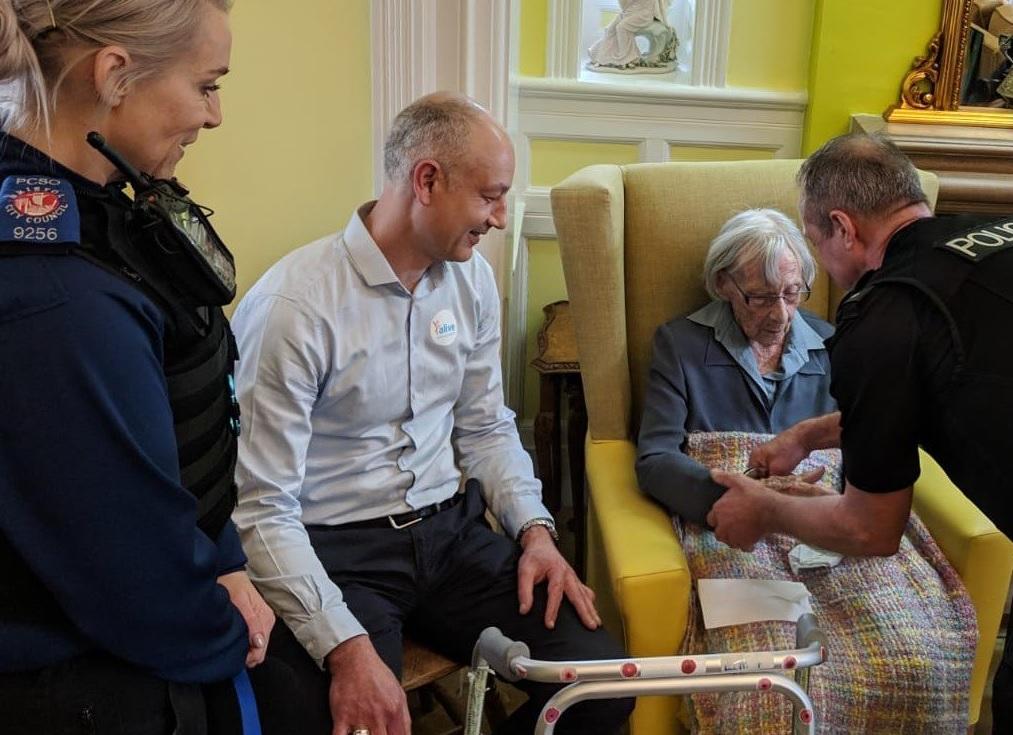 Арестуваха 104-годишна баба, за да изпълнят заветното й желание