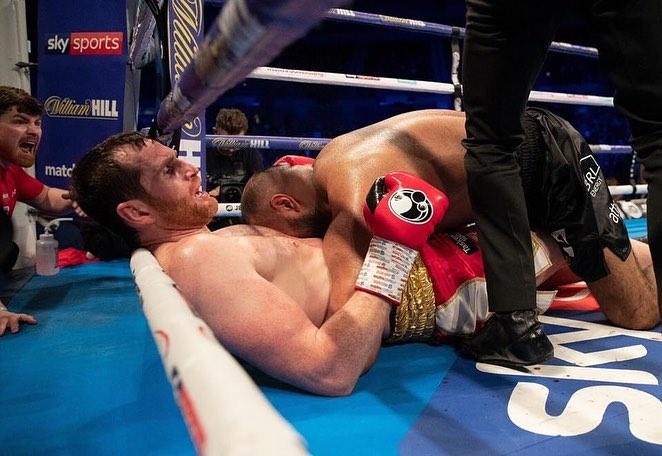 Боксьор захапа противник за корема (ВИДЕО)