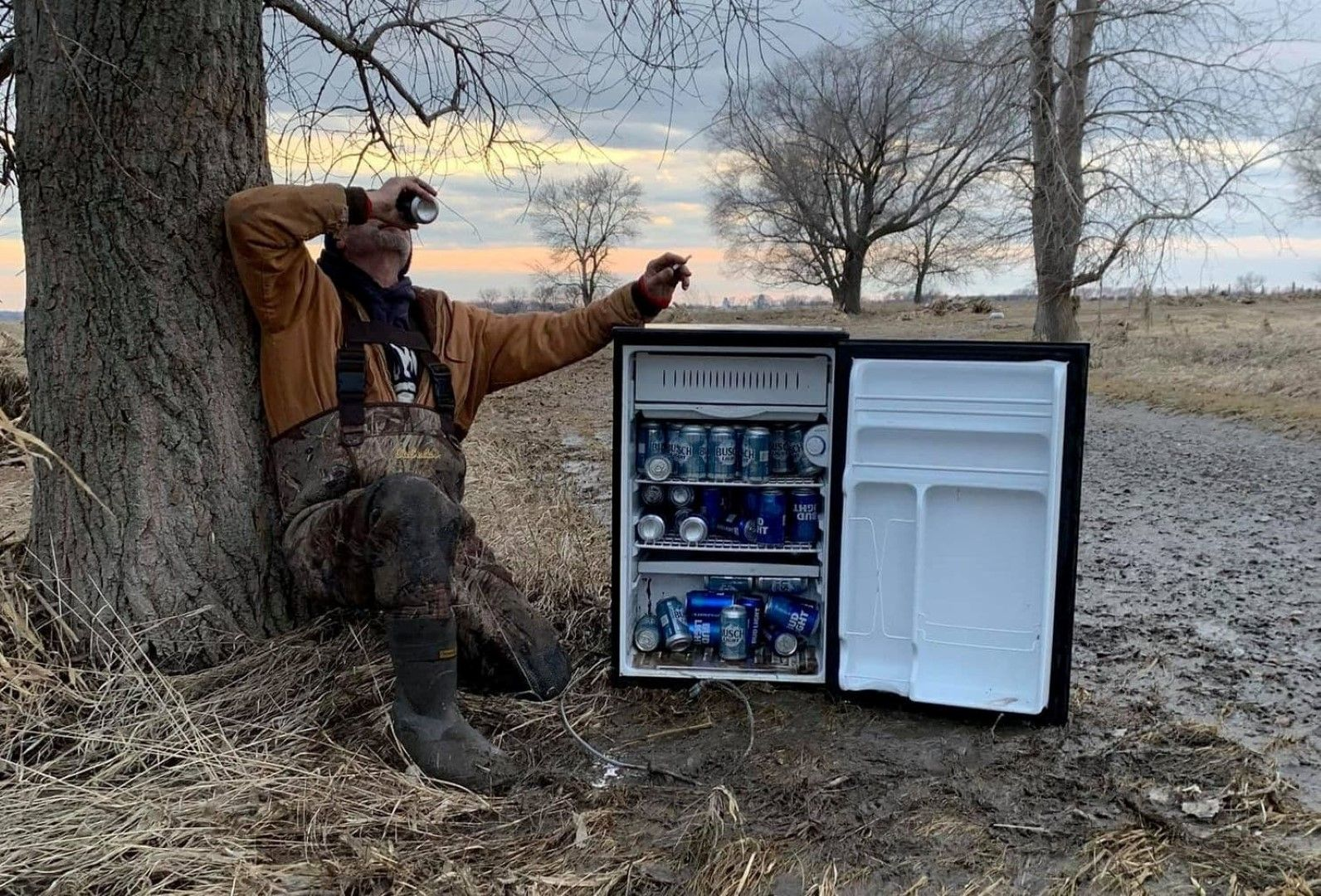 Подарък от небето: Приятели намериха хладилник, пълен с бира насред полето