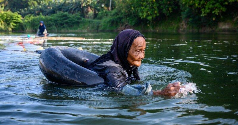 80-годишни баби плуват по 3 км, за да набавят питейна вода