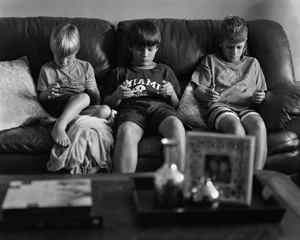 СНИМКИ: Как смартфоните ни разделиха