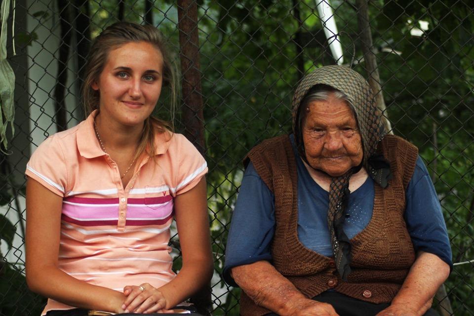 """""""Резиденция баба"""" – търсят се 20 младежи да живеят и помагат 3 седмици на възрастни"""