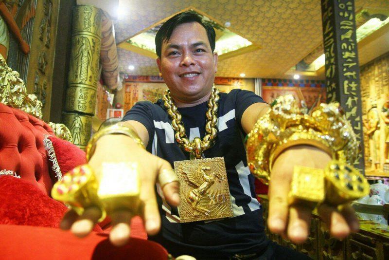 Мъжът, който ходи с 13 кг злато по себе си (СНИМКИ)