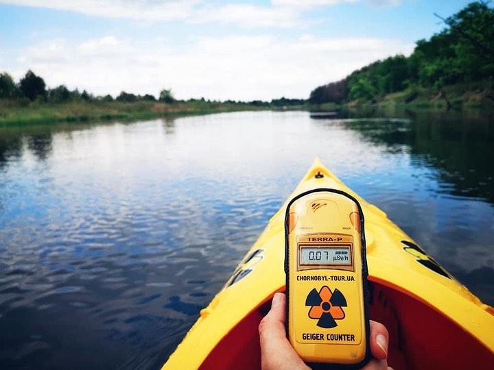 Туристи карат кану и каяк в забранената зона на Чернобил