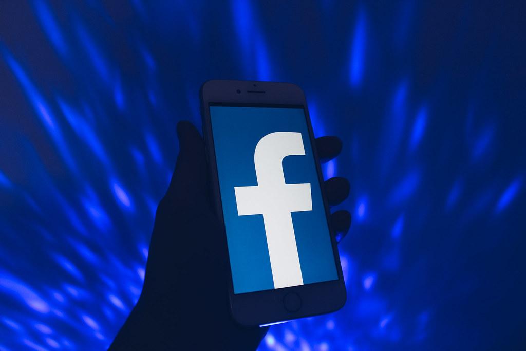 Фейсбук ни предлага професионална помощ, мисли, че ще си посегнем