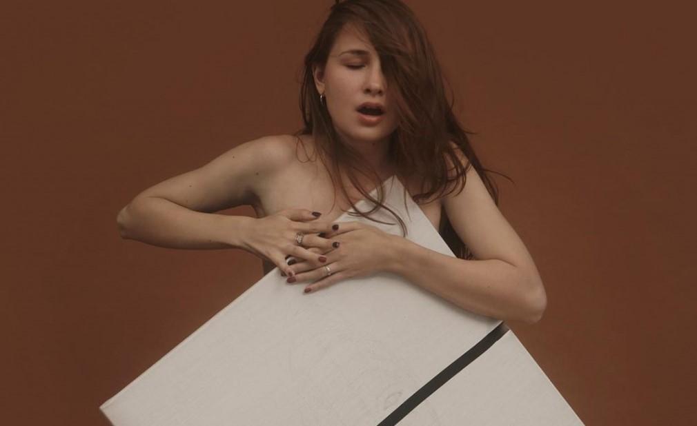 Изкуство за ценители: Цецка рисува картини с гърдите си (СНИМКИ)