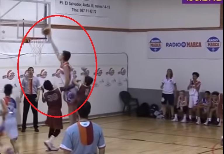 2-метрово дете мачка връстници на баскетбол (ВИДЕО)