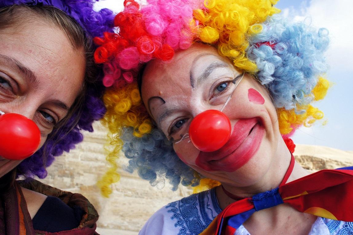 Велико: Мъж нае клоун, за да го весели, докато го уволняват