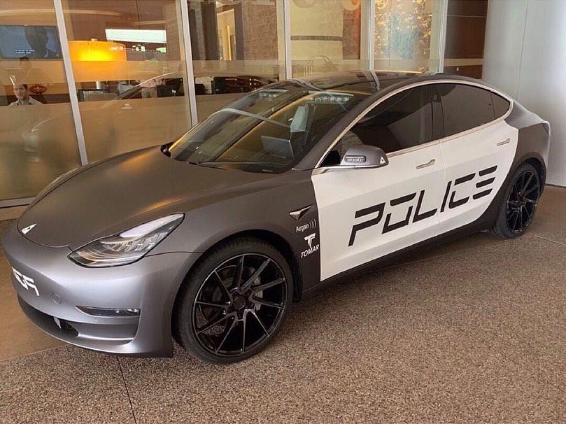 Гонка между престъпник и полиция завърши с изтощена батерия на патрулка Tesla