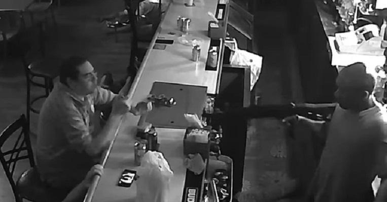 Ограбиха бар, мъж не се трогна и продължи да си кърка (ВИДЕО)