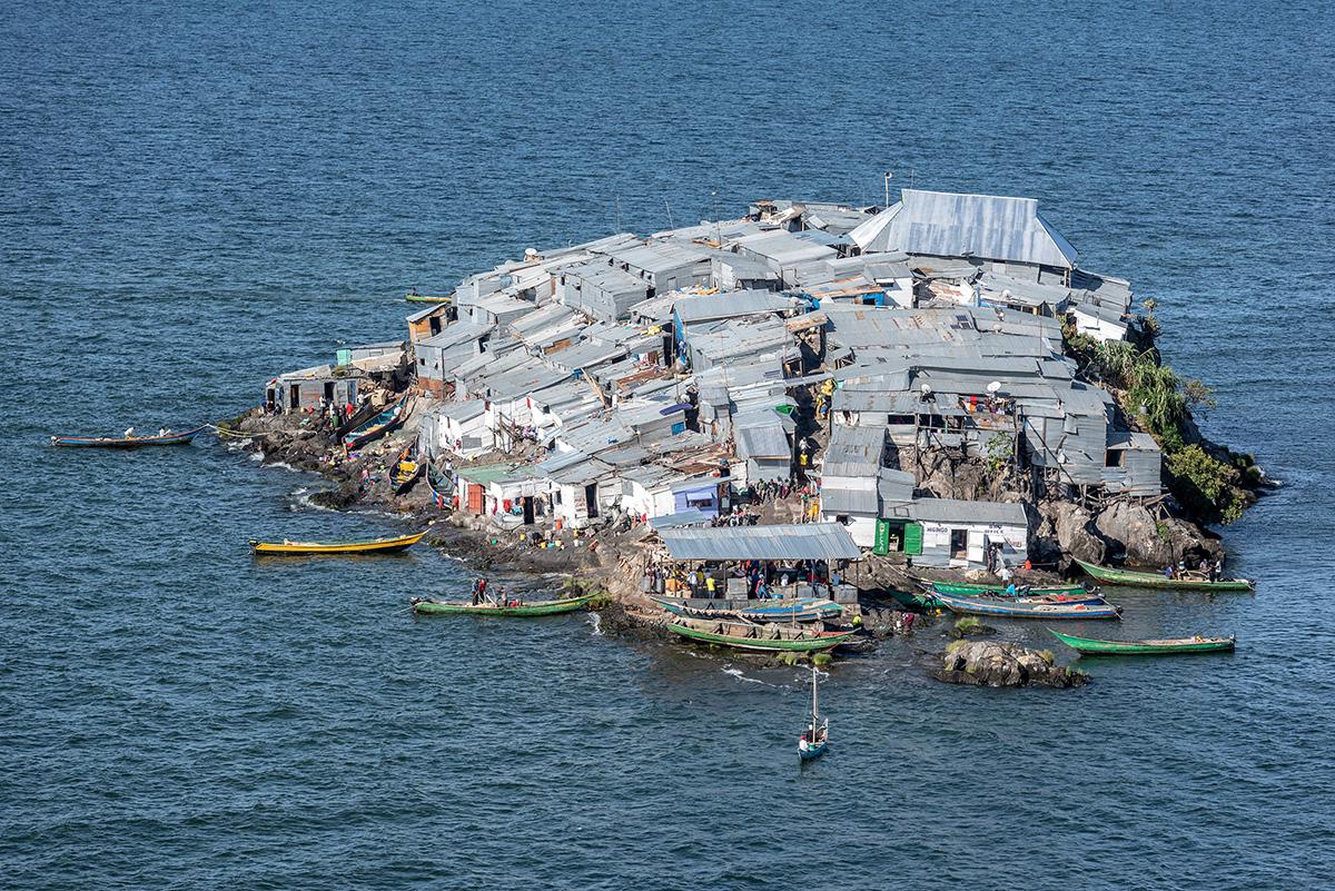 131 души живеят на най-населения остров в света