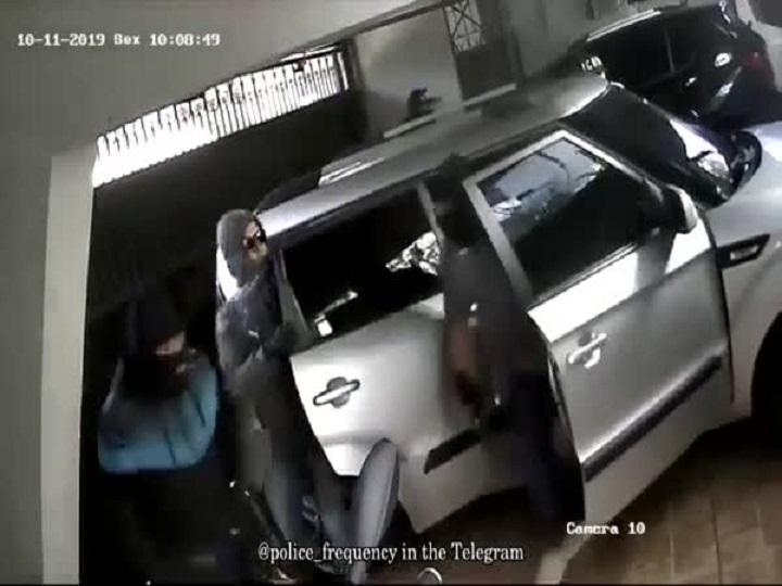 Крадци зарязаха колата си при обир на къща, всичко се обърка (ВИДЕО)