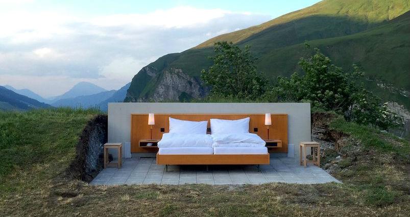Хотел без стени и тавани разполага с най-добрата гледка към швейцарските Алпи