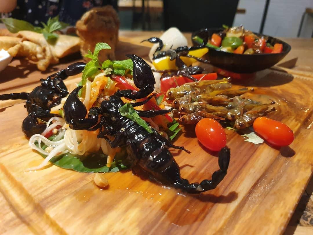 Менюто на ресторант в Камбоджа – скорпиони и тарантули
