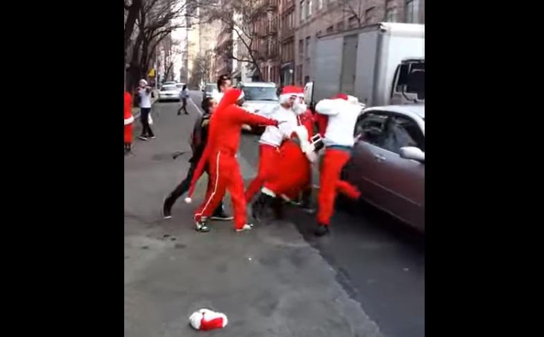 Яко е! Масов бой между 12 пияни Дядо Коледовци (ВИДЕО)