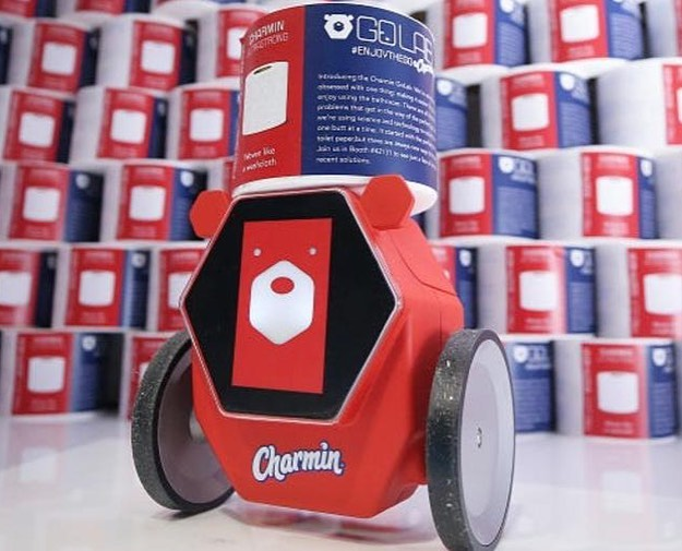 Робот носи тоалетна хартия на бедстващи в кенефа
