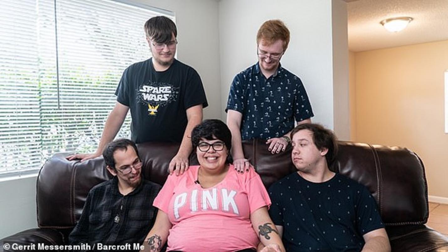 20-годишна забременя от един от четиримата си партньори, всички заедно щели да гледат бебето